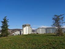 Moderne Hotelgebäude, grüner Rasen in der Front Stockfotografie