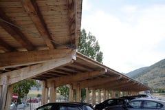 Moderne houten carport royalty-vrije stock afbeeldingen