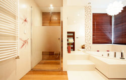 Moderne houten douche in badkamers Royalty-vrije Stock Fotografie