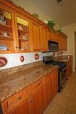 Moderne houten keukenkasten Royalty-vrije Stock Afbeeldingen