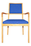 Moderne houten leunstoel met blauw geïsoleerd kussen Royalty-vrije Stock Foto's
