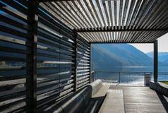 Moderne houten pavillion op de bank van Lugano meer stock foto's
