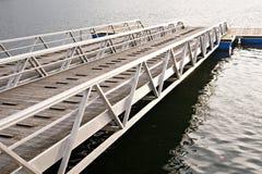 Moderne houten pier of pijler met metaalkanten stock afbeelding