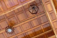 Moderne houten plafondachtergrond met lampen Royalty-vrije Stock Afbeeldingen