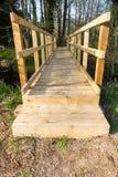 Moderne houten voetgangersbrug Stock Foto