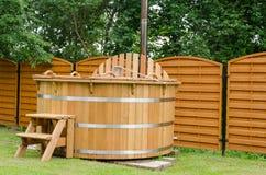 Moderne houten water hete ton met treden openlucht Stock Fotografie