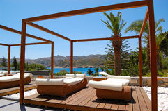 Moderne Hütte und sunbeds am Luxushotel Lizenzfreie Stockfotos