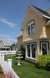 Moderne huis en tuin stock afbeeldingen