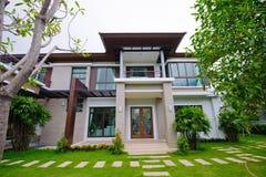 Moderne huis en tuin Stock Fotografie