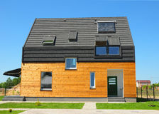 Moderne huisbuitenkant Mooi Nieuw Eigentijds Huis met Zonnepanelen royalty-vrije stock afbeelding