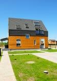 Moderne huisbuitenkant Mooi Nieuw Eigentijds Huis met Zonnepanelen, Zonne-energie, Zonnewaterverwarmer, Dakramen Openlucht royalty-vrije stock fotografie