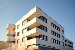 Moderne huisvesting in de stad - stedelijke woningbouw royalty-vrije stock foto