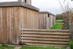 Moderne huizen met houten bekleding royalty-vrije stock fotografie