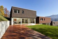 Moderne huizen met tuin Stock Fotografie