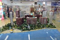 Moderne huizenmodellen achter een glasvenster Stock Foto