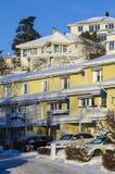 Moderne huizenwintertijd in de voorsteden Royalty-vrije Stock Afbeeldingen