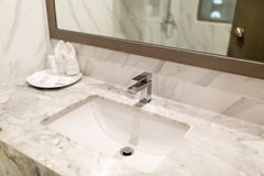 Moderne hygi?nische waskraan in de hotelbadkamers stock foto