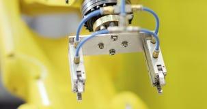 Moderne Industriële automatisering Robotachtig wapen met toestellen - snelheidshelling stock videobeelden