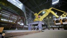 Moderne Industriële automatisering Robotachtige Wapen het Assembleren producten Timelapse stock video