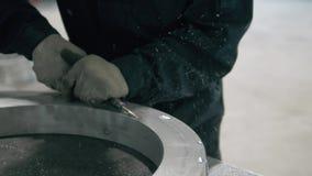 Moderne industriële machineexploitant die in fabriek met ruw metaaldetail werken stock video