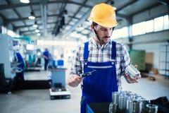 Moderne Industriële Machineexploitant die in Fabriek werken royalty-vrije stock fotografie