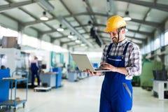Moderne Industriële Machineexploitant die in Fabriek werken stock fotografie