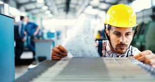 Moderne Industriële Machineexploitant die in Fabriek werken royalty-vrije stock foto