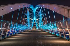 Moderne industrielle Brücke nachts stockfotografie