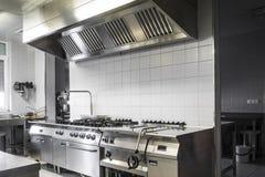 Moderne industrielle Küche Stockbild