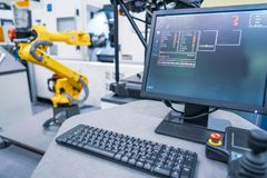 Moderne Industrietechnik des Roboterarmes Automatisierte Produktion c stockbild