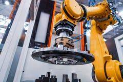 Moderne Industrietechnik des Roboterarmes Automatisierte Produktionszelle stockfoto