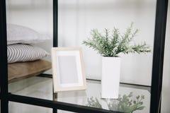 Moderne ingemaakte altijdgroene kunstmatige die installatie in binnenhuisarchitectuur wordt gebruikt Installatie op een plank naa stock afbeelding
