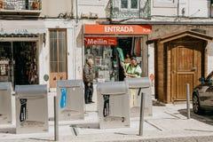 Moderne intelligente Abfalleimer auf der Straße in Lissabon in Portugal lizenzfreie stockfotos
