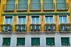 Moderne italienische Art des Wohngebäudes Stockbild