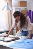 Moderne jonge manierontwerper die bij studio werken Stock Fotografie