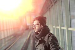 Moderne jonge mens die zich in de metro bevinden royalty-vrije stock foto's