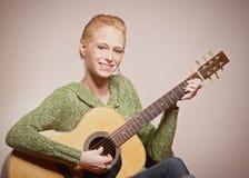 Vrouw met gitaar royalty-vrije stock afbeelding