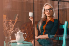 Moderne junge blonde Geschäftsfrau mit Tasse Kaffee in Ci Lizenzfreie Stockbilder