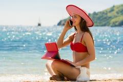 Moderne junge Frau auf dem Strand lizenzfreies stockbild