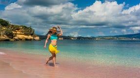 Moderne junge Frau, die Glück und Freiheit am tropischen Strand genießt Stockfotografie