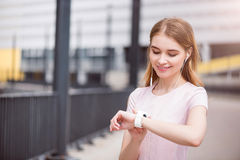 Moderne junge Frau, die Technologien einsetzt Lizenzfreie Stockbilder