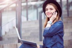 Moderne junge Frau, die Technologien einsetzt Stockfotografie