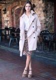 Moderne junge Frau durch Café im Freien Lizenzfreie Stockbilder