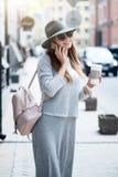 Moderne junge Frau in einer Großstadt Stockbilder