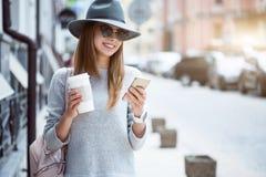 Moderne junge Frau in einer Großstadt Stockbild