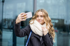 Moderne junge gehende Frau eine Stadt-Straße Stockfoto