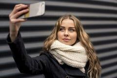 Moderne junge gehende Frau eine Stadt-Straße Stockfotos