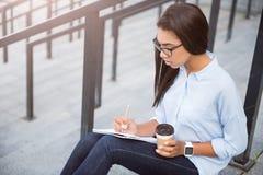 Moderne junge Geschäftsfrau Lizenzfreie Stockfotografie