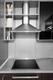 Moderne Küche in den Schwarz- und wengefarben Lizenzfreies Stockbild