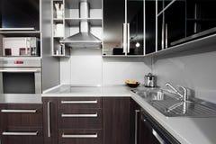 Moderne Küche in den Schwarz- und wengefarben Lizenzfreie Stockfotografie